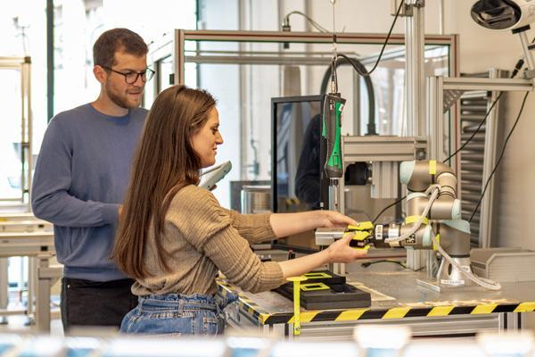 I robot collaborativi convincono con la loro semplice programmazione. © unibz   Eleonora Lunardoni